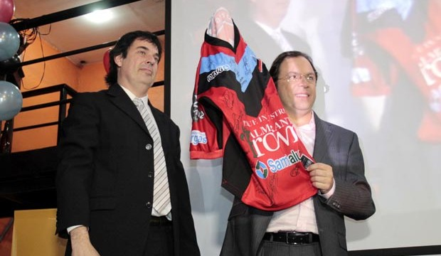 Adrián Vairo (en la foto con Giustozzi) llamó a elecciones con menos de un mes de anticipación. Los socios lo acusan de no brindar información.