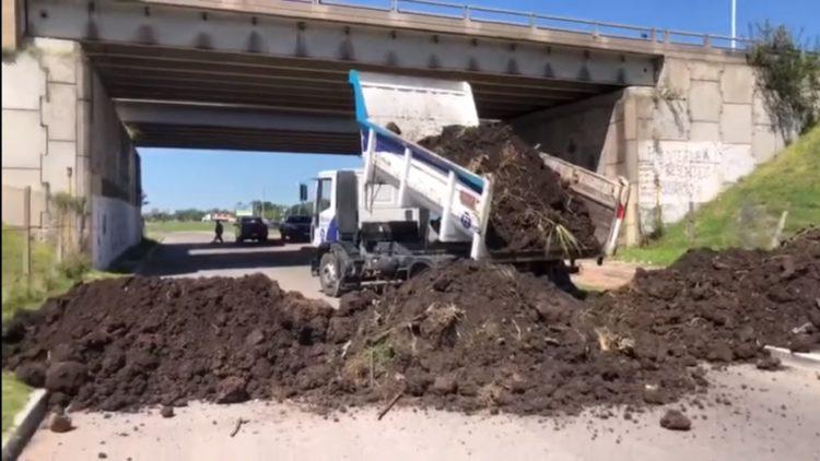 Lastwagen kippt Erde auf eine Straße zwischen Ezeiza und Esteban Echeverría